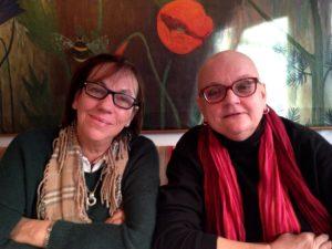 Vi var tre gamla journalisthögskolevvänner som träffades för en fika när Mireille genomgick sin första cellgiftsbehandling efter återfallet. Här Brita-Lena och Mireille.