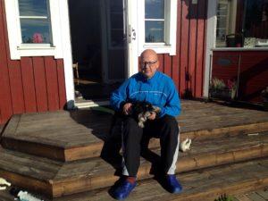 Bosse tillsammans med dvärgschnauzern Svante på trappan hemma i Hälle.