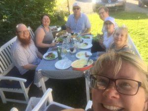 Hela familjen samlad i Hälle en fin sommardag 2016.