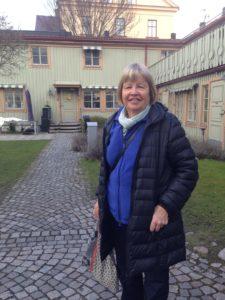 Ami utanför det fina och skyddade radhuset mitt i Södertälje.