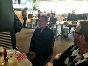 Dick under avtackningen från NT. Hans kollega Roland Klinga är en av dem som firar honom.