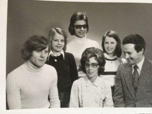 Dick längst till vänster tillsammans med föräldrarna och de tre syskonen som nu visat sig vara halvsyskon.