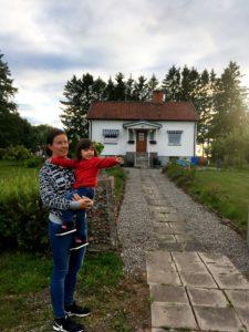 Lisa och Maya framför huset som familjen köpt i byn där Lisa växte upp, Vånga.