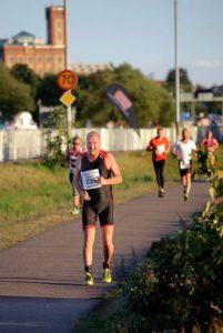 Mini triathlon innehåller löpning i 4.2 kilometer. Här är Ronald på gång.