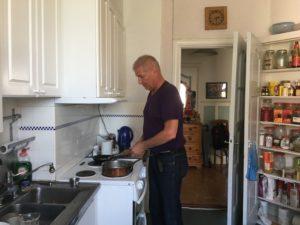 Vänsterhand får sköta de svåra momenten i köket men den skadade högerhanden är långt ifrån overksam.
