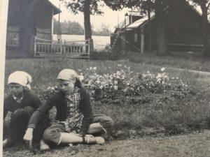 Jag och Kristina hemma hos mormor i Stenum.