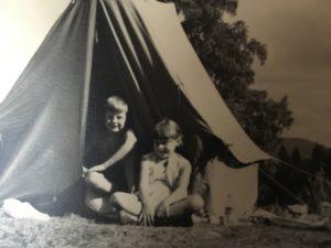 Stugan i Lekvattnet var så liten att för barnen var det tält på gården som gällde.