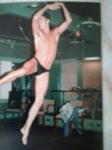 Christer tränar inför strip-showen.