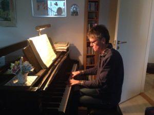 Inger vid pianot