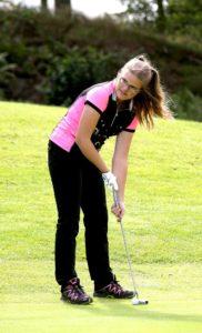 Julia är en fena på golf.