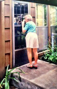 Mamma Martha tittar in i köket i det hus som en gång var hennes.