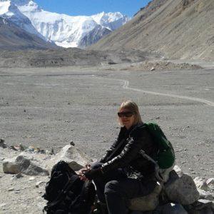 Lena vilar en stund vid Himalayas fot under den resan till Tibet.