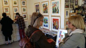Lena och jag under ett besök på ett galleri i Väderstad.