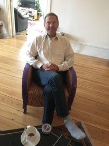 Dick bjuder på kaffe och kakor under intervjun som äger rum i hans vackra våning mitt i stan.