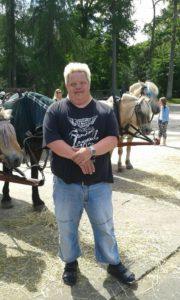 Idag är Rasmus 50 år och jobbar på ICA. Där sprider han glädje bland kunder och personal.