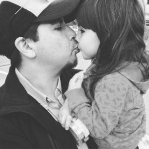 Maya tar farväl av pappa Rodrigo när han tvingas återvända till Chile.