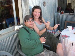 Jag fångar Lisa och Rodrigo på sin balkong under mitt besök i Chile 2012.