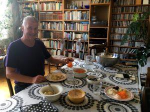 Ronald bjuder på en fantastisk god lunch. Mat har alltid varit ett stort intresse hos honom och det övergav han inte efter stroken.