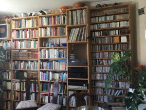 Musikintresset är inte att ta fel på. I bokhyllorna får böckerna slåss om utrymmet med skivorna.