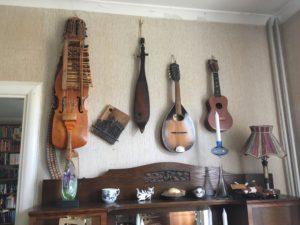 Ronalds eget instrument finns inte representerat på väggen men efter stroken klarar han inte längre att hantera den eller andra stränginstrument. Nu är det rösten och munspelet som gäller.