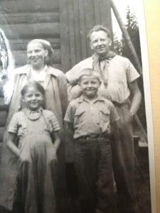 Familjen samlad. Mamma Iris, pappa Karl Henry, Kristina och Peter.