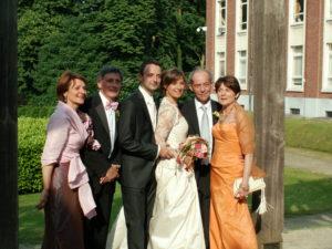 Brudparet med föräldrar i kung Leopolds trädgård.