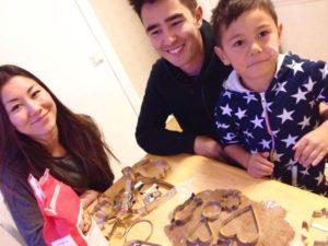 Julia, Oscar och Dante samlade hemma hos mamma. Det är pepparkaksbak på gång.